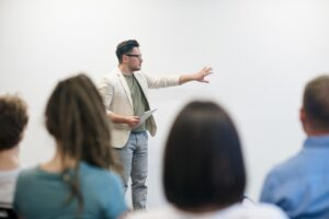 Lærer underviser elever i Undervisningsdifferentiering og laver en præsentation af centrale begreber